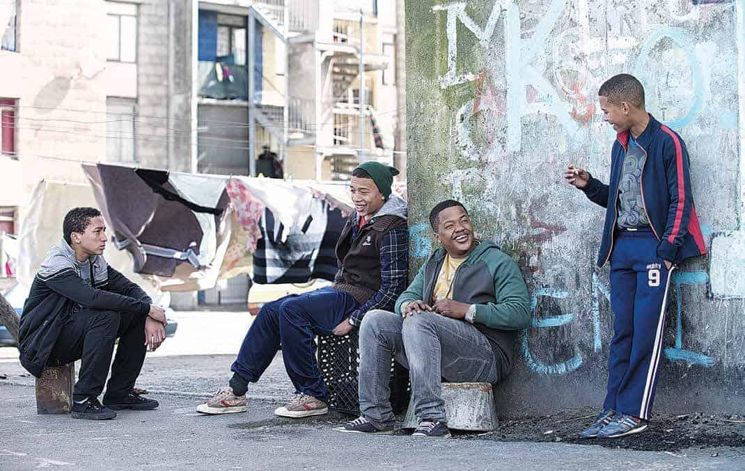 4. Ricardo Jezriel Skei und seine Freunde Keano Philips Austin Griffiths und Donito Buckenjohn hängen in den Wohnungen rum