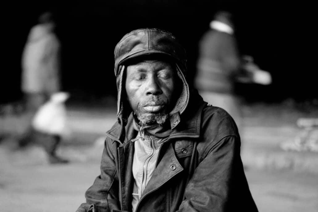"Santu Mofokeng, Eyes Wide Shut, Motouleng Cave Clarens, 2004. Dalla serie ""Ismaele"". Stampa a pigmenti. © La Fondazione Santu Mofokeng. Immagini per gentile concessione di Lunetta Bartz, MAKER, Johannesburg."