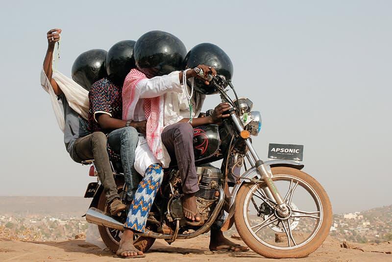 2015年第10屆非洲攝影雙年展(The 10th Biennale of African Photography)。這件《Inch'Allah》(God Willing,上帝意願)是馬利藝術家 阿布巴卡爾・特雷(Aboubacar Traore)的系列作品。兩年一度的非洲攝影雙年展,創立於1994年,由馬利文化部(the Malian Ministry of Culture)和法蘭西學會(the Institut français)共同合作,展覽地點在馬利共和國首都巴馬科(Bamako, Mali)。此展致力於非洲的當代攝影創作,主要展出當代非洲攝影師的作品。非洲攝影雙年展大獎,最高榮譽為5,000歐元的「Seydou Keïta獎金」。由於2012-2013年政治危機而停辦了4年。 2015年的主題是「述說時間(Telling Time)」。雙年展也是一種典型的經濟模式,促進了馬利文化部和法蘭西研究所之間的平衡合作,與美術館,企業和博物館建立公私合作夥伴關係,慶祝非洲藝術史的大型展覽。(照片取自第10屆非洲攝影雙年展)