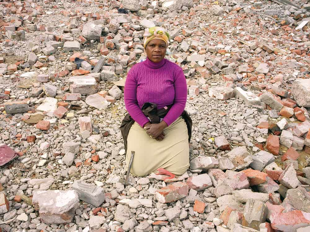 Zwelethu Mthethwa, Untitled (Brick Workers series), 2008. Digital c-print, 81.28 x 104.14 cm. © Zwelethu Mthethwa, image courtesy of the Jack Shainman Gallery.