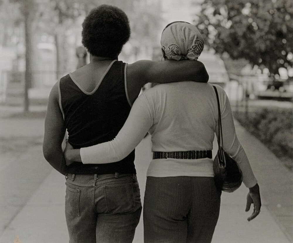 Roy DeCarava, Couple Walking, 1979. Immagine gentilmente concessa dalla South London Gallery.