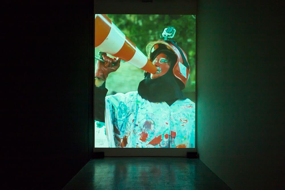 "Tracey Rose, Die Wit Man, 2015. Proiezione HD a canale singolo, audio surround stereo, 42 '40 "". © Sven Laurent. Per gentile concessione di Performa."