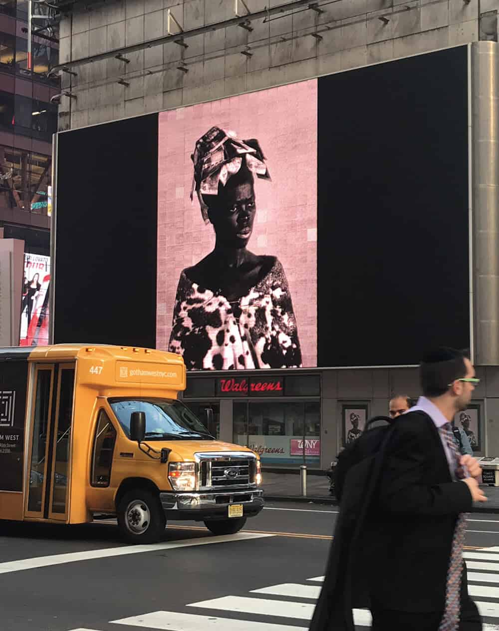 Colpo dell'installazione dell'intervento di Zanele Muholi a Time Square, New York City, come parte di Performa 17. Per gentile concessione di Performa.