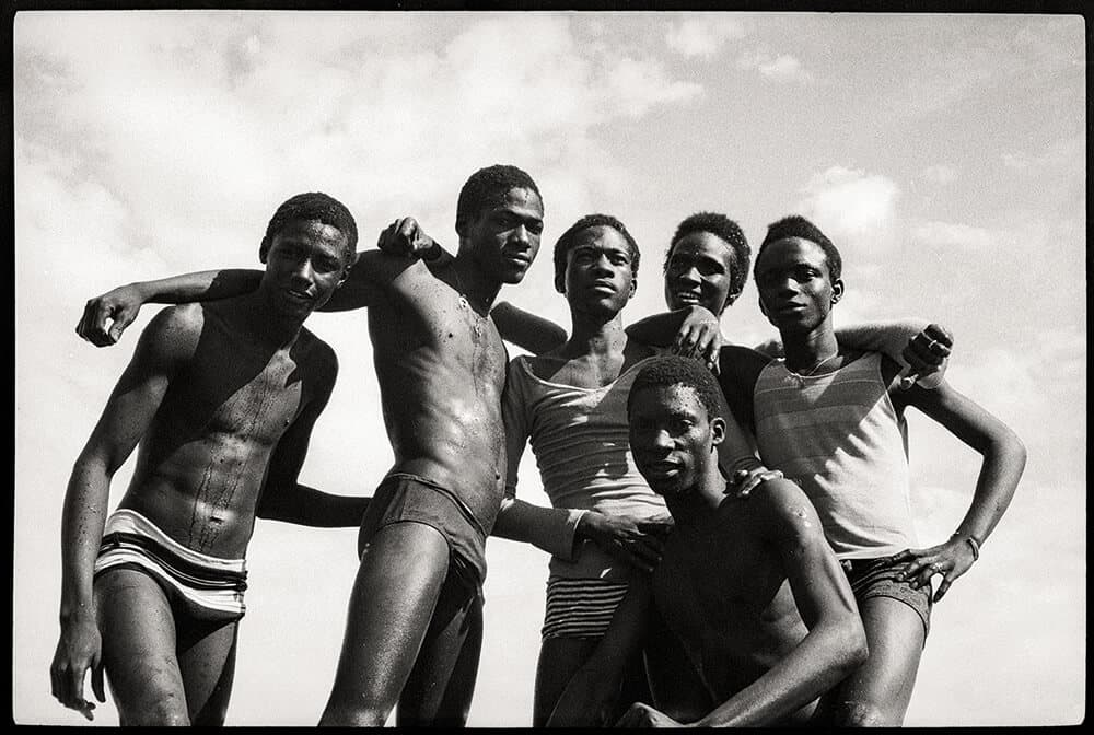 Malick Sidibé, À la plage, 1974. Gelatin silver print, 51 x 61 cm. Courtesy galerie du jour agnès b. Paris. © Malick Sidibé. Images courtesy of Fondation Cartier pour l'Art Contemporain.