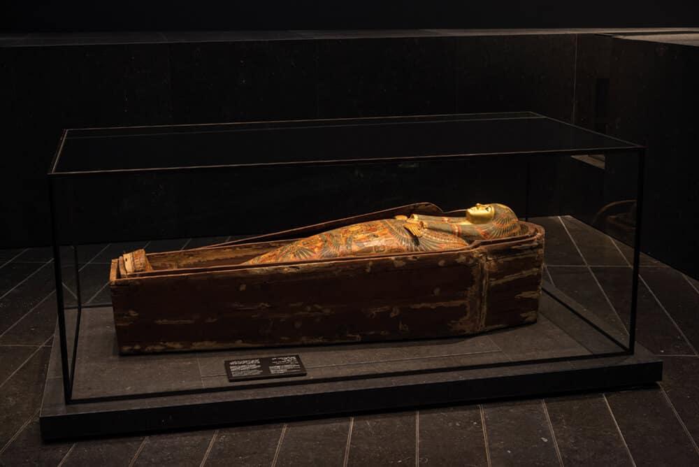 Los primeros grandes poderes, sarcófago de la princesa Henutmire. Fotógrafo: Marc Domage. © Louvre Abu Dhabi