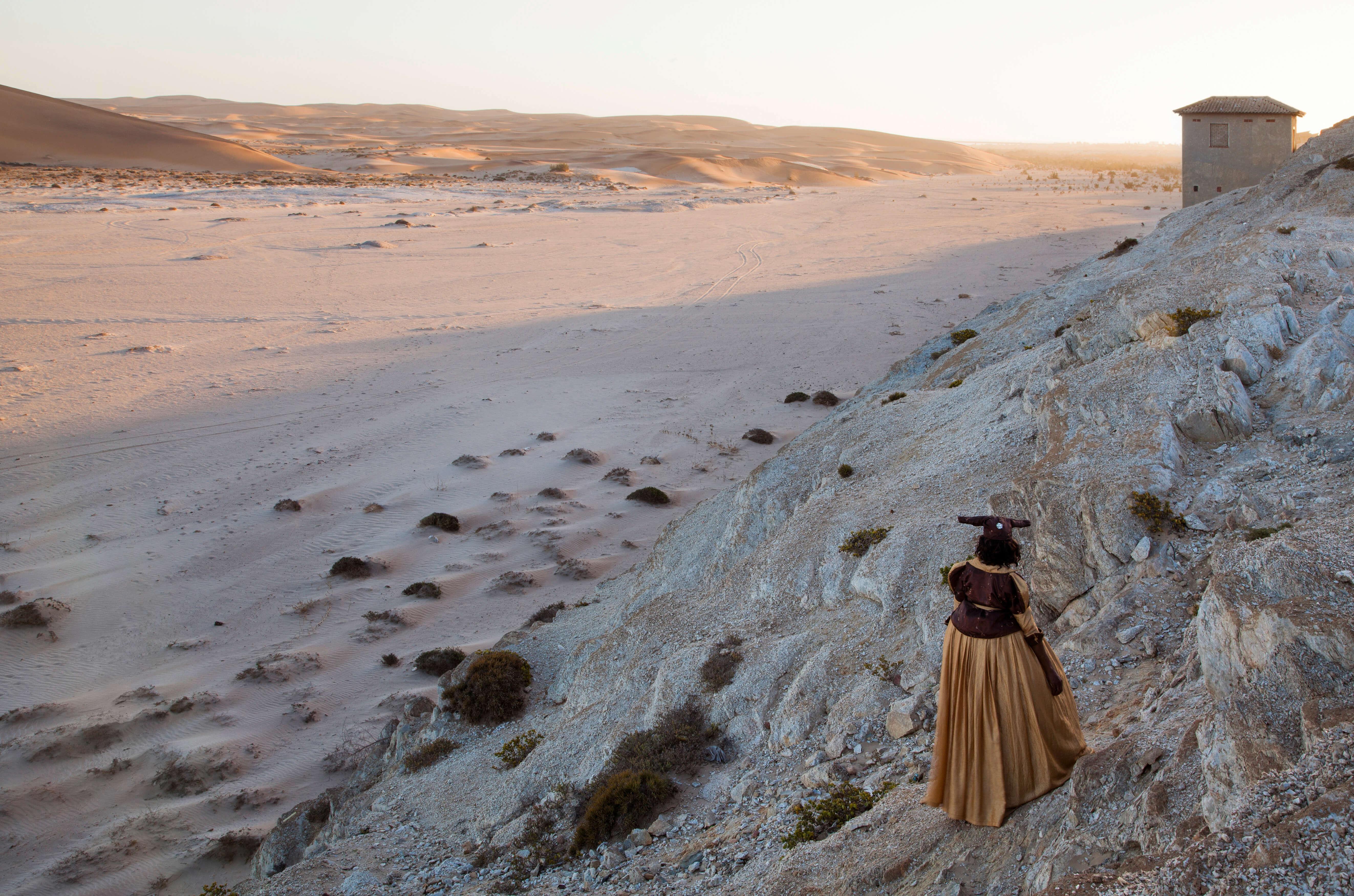 Nicola Brandt, Auf der anderen Seite des Flusses, Uakondjisa Kakuekuee Mbari, Swakopmund, Namib-Wüste (2013), 73 x 100 cm (Papierformat); 60 x 90 cm (Fotogröße), digitaler Pigmentdruck, Auflage 3 + 2AP.