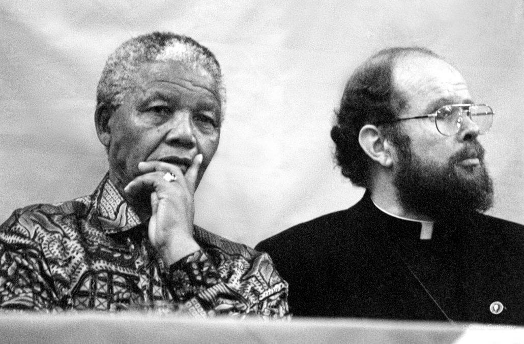 Nelson Mandela mit Pater Michel Lapsley 1996