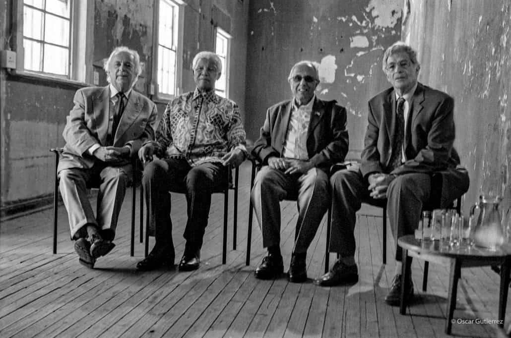 George Bizos, Nelson Mandela, Ahmed Kathrada und Arthur Chaskalson. Im Old Ford Gefängniskomplex Constitution Hill JHB