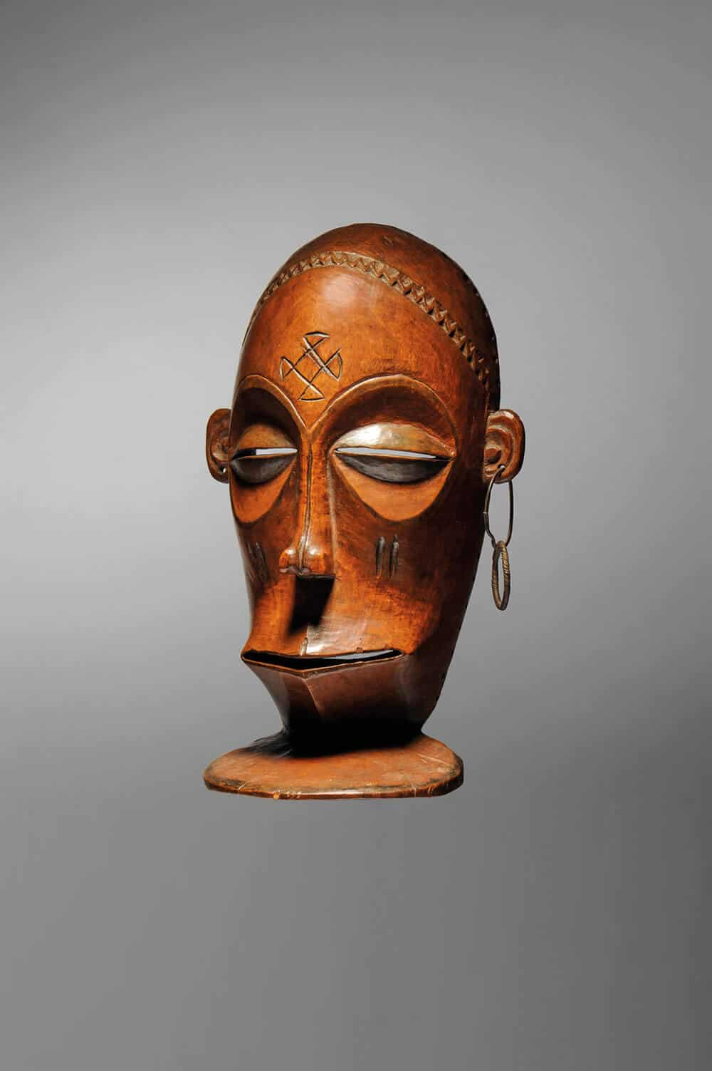 Shinji Mask Cihongo. Tchiuta Chiefdom, Camaxilo region. Wood, metal. Height: 25.5cm; length: 15cm. © Native, Brussels.
