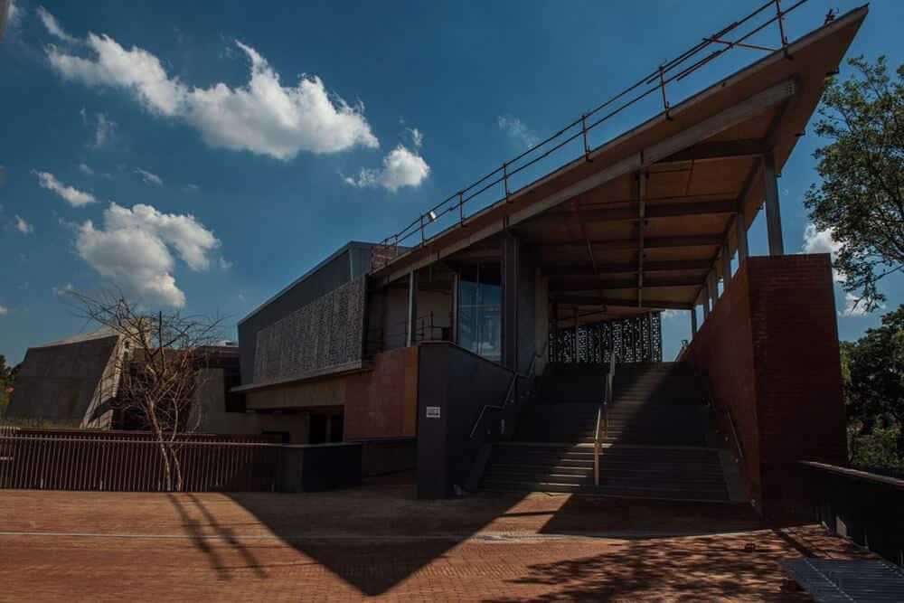 Eintritt in das Javett-UP vom Hatfield CWampus der University of Pretoria. Mit freundlicher Genehmigung der Javett Foundation. Fotograf: Alet Pretorius