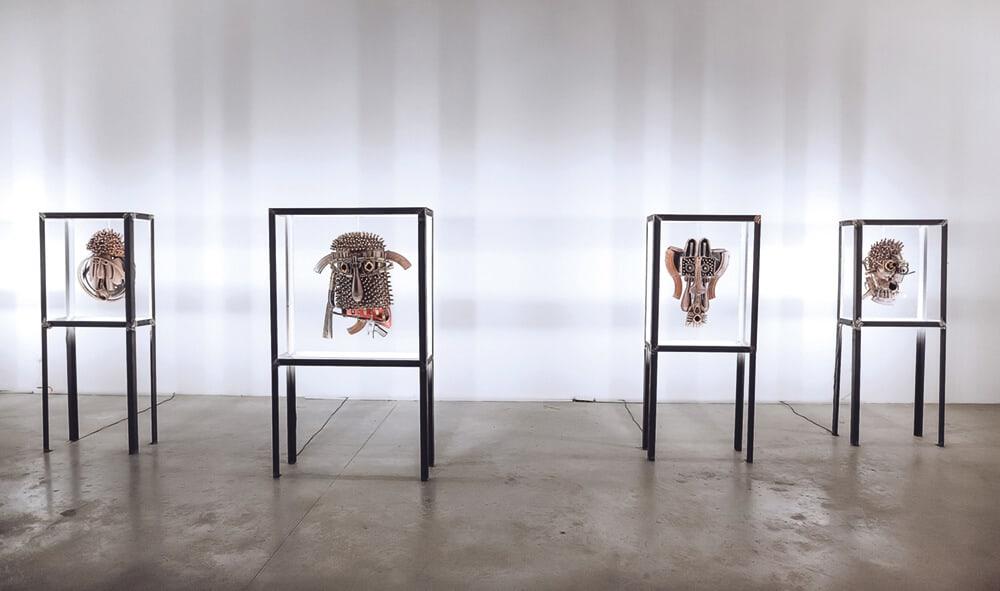Vista dell'installazione della mostra Goncalo Mabunda al progetto AKKA, Dubai.
