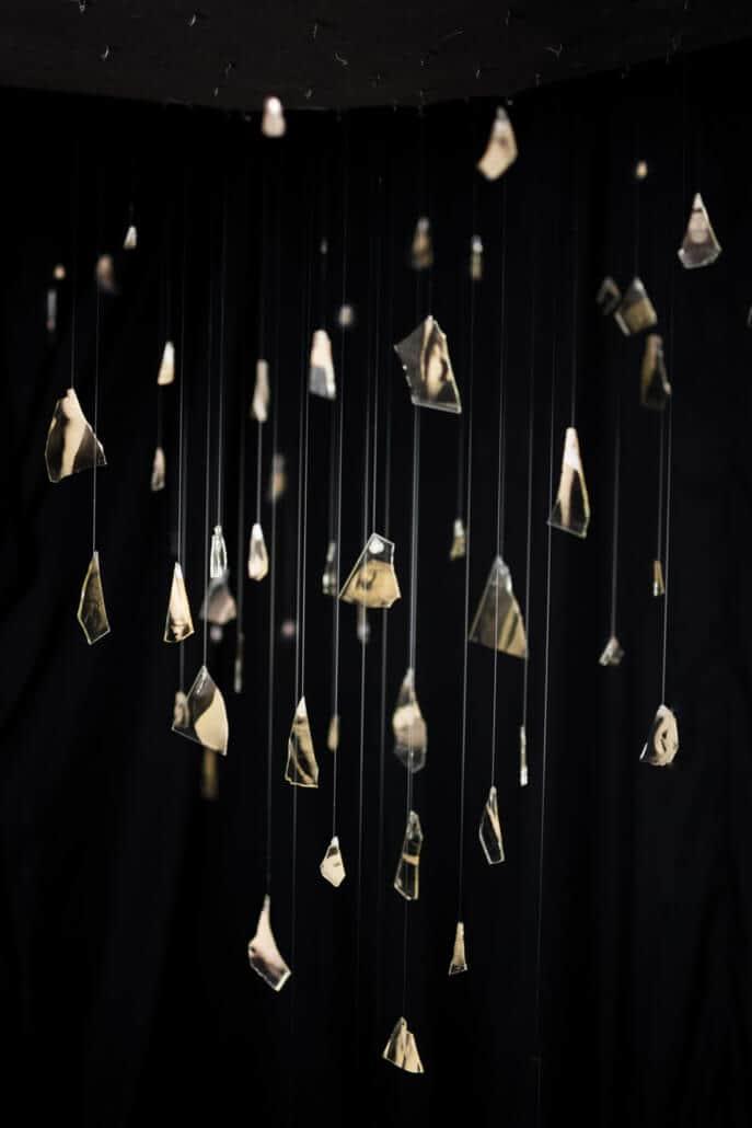 Neville Starling, White Lies, dettaglio dall'installazione.