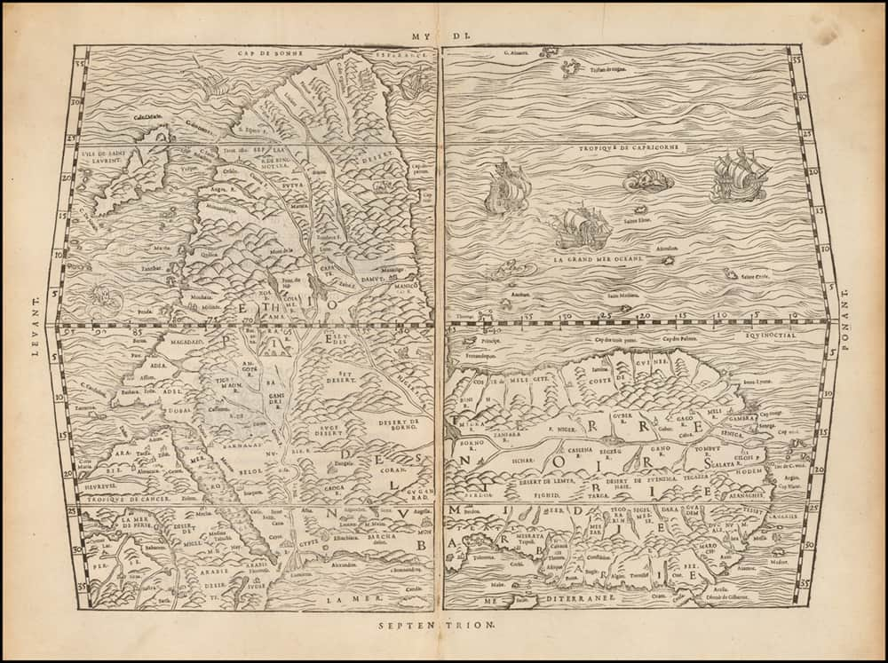 """Ti sei mai chiesto perché la mappa del globo è orientata con il Nord in cima? Una sfera blu / verde che galleggia nel vuoto oscuro dello spazio, non ha né la parte superiore né quella inferiore, e tuttavia ogni mappa della Terra è orientata a favore del Nord. La risposta più semplice a quell'accusa politica psico-geografica è che non è altro che un'abitudine dei cartografi europei che volevano elevare la propria prospettiva rispetto al resto del pianeta. Nel 1550, prima che i cartografi sviluppassero l'abitudine, il diplomatico e autore tunisino Leo Africanus pubblicò una mappa del continente africano orientata a sud nel suo libro """"Della descrittione dell'Africa e delle cose notabili che iui sono"""". Questa mappa """"capovolta"""" è la chiave per comprendere la mostra che è stata curata da un punto di vista afro-centrico."""