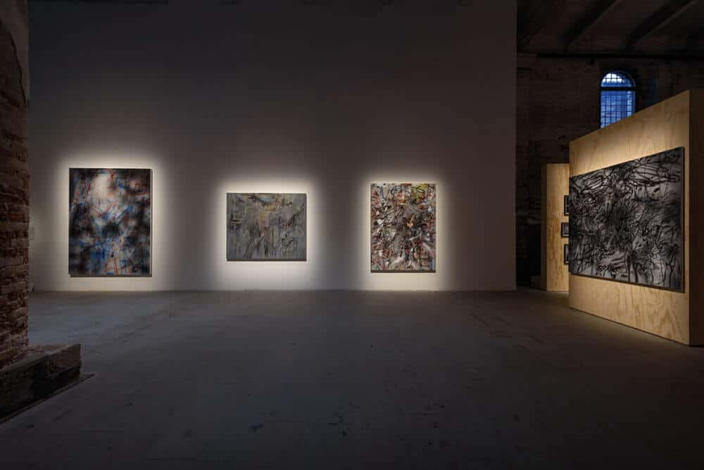 Julie Mehretu, Verschiedene Werke, 2017-2018. Tinte und Acryl auf Leinwand. Fotograf: Andrea Avezzù. Mit freundlicher Genehmigung der Biennale di Venezia.