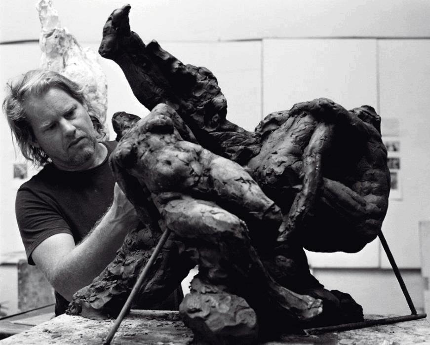 Dylan Lewis en el trabajo. Todas las imágenes son cortesía del artista y Christie's.
