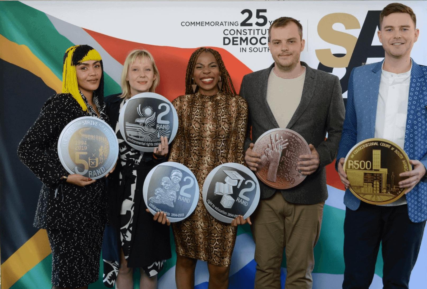 Die Künstler mit den Münzen, die sie beim Medienstart der SA25 - Celebrating South Africa (links - rechts) entworfen haben, Lady Skollie, Maaike Bakker, Neo Mahlangu, Peter Mammes und Shaun Gaylard.