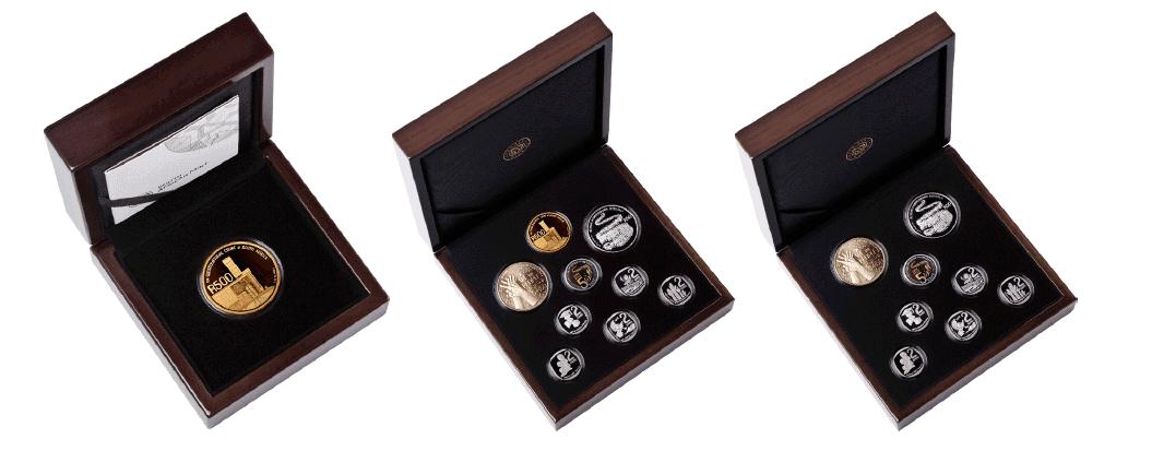 Single Gold Coin 'SA25 Gedenkmünzensätze. Limitierte Auflage von 125 Sets. Enthält: 1 x R500 24 Karat Gold Proof Coin. '9-Münzen-Set' SA25-Gedenkmünzenset. Limitierte Auflage von 225 Sets. Enthält: 1 x R500 24 Karat Gold Proof Coin, 1 x R50 Sterling-Silber Proof Coin, 1 x R50 Bronze Alloy Proof Coin, 1 x R5 Circulation Proof-Quality-Münze, 5 x R2 Circulation Proof-Quality-Münze. '8-Münzen-Set' SA25-Gedenkmünzensätze. Limitierte Auflage von 2250 Sets. Enthält: 1 x R50 Sterling-Silber-Proof-Münze, 1 x R50-Bronze-Legierungs-Proof-Münze, 1 x R5-Umlauf-Proof-Qualitätsmünze, 5 x R2-Umlauf-Proof-Qualitätsmünze.