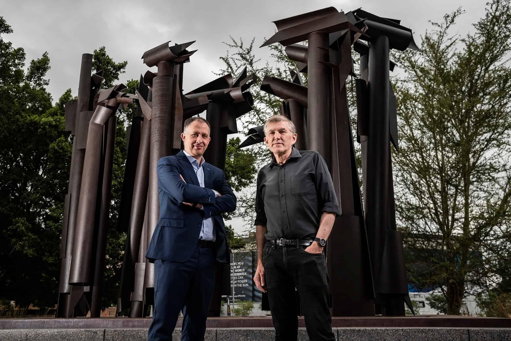 Gert Kruger, Director de Riesgos y Custodio Ejecutivo de la Colección de Arte de RMB, y Karel Nel, miembro del Fideicomiso Claire y Edoardo Villa. © The Promise Group