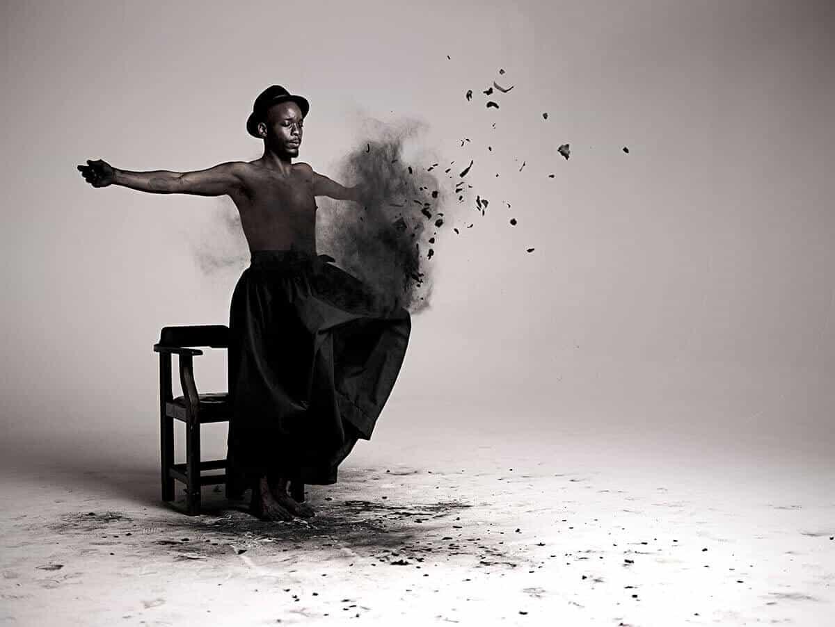 Mohau Modisakeng, fotografía del video Inzilo, 2013.