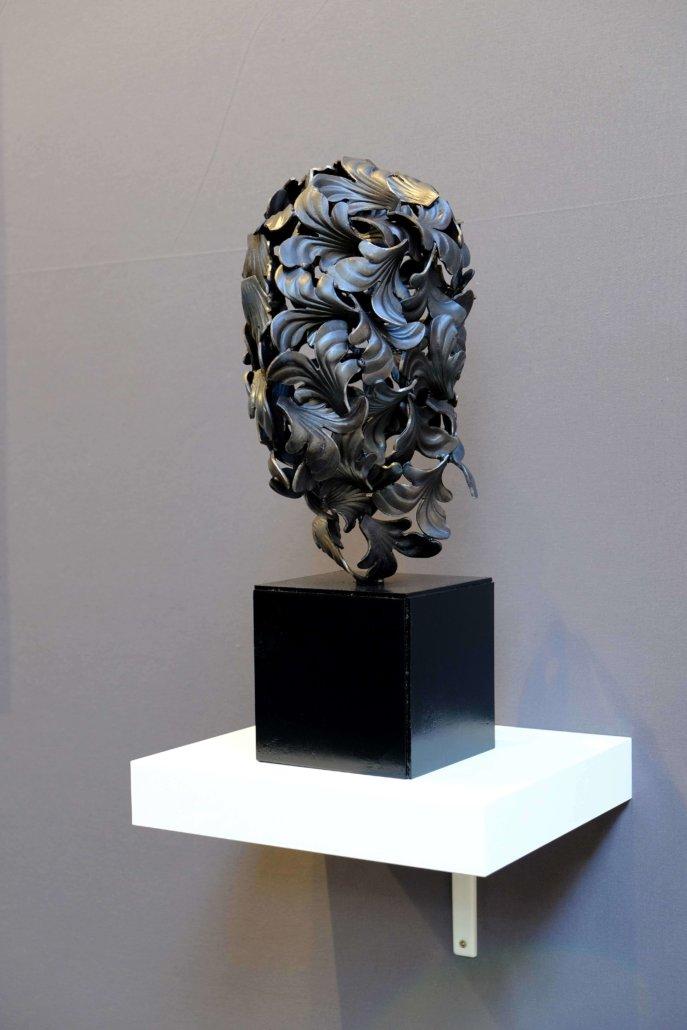 Installationsansicht der Haut (Blütenblatt), 2019. Eisenskulptur, 50 × 29 × 27 cm.