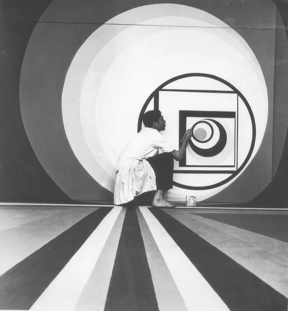 Um aluno preparando a exposição dos trabalhos dos alunos na Galeria de Belas Artes do Parque da Liga Árabe, organizada pela Escola de Belas Artes de Casablanca, em junho de 1968. Foto M. Melehi. Família Chabâa