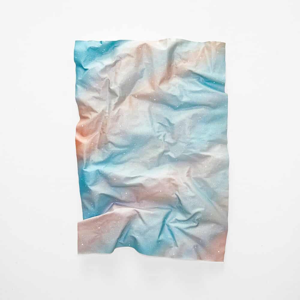Rosie Mudge, ich habe mich in einen Krieg verliebt / Niemand hat mir gesagt, dass er 2020 endet. Autolack, Glitzerkleber und Harz auf Leinwand, 103 x 67 cm. Mit freundlicher Genehmigung von SMITH.