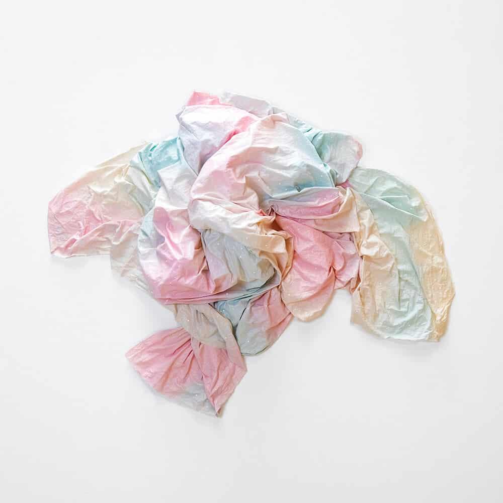 Rosie Mudge, Schönheit verlieren Zumindest zeitweise kannte sie mich, 2020. Autolack, Glitzerkleber und Harz auf Musselin, 94 x 98 x 24 cm.