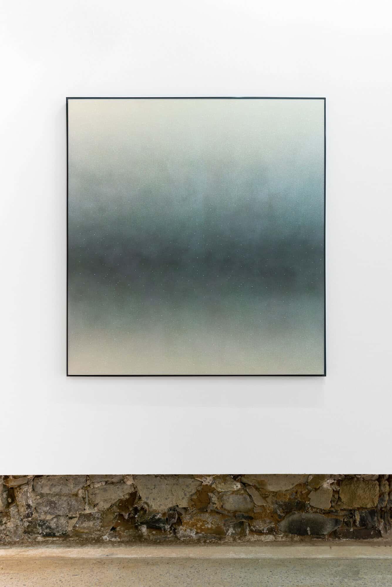 Eine Art Nacht in Ihrer Dunkelheit Färbt Ihre Augen mit dem, was nicht da ist, 2020. Autolack und Glitzerkleber auf Leinwand, 132 x 122 cm.